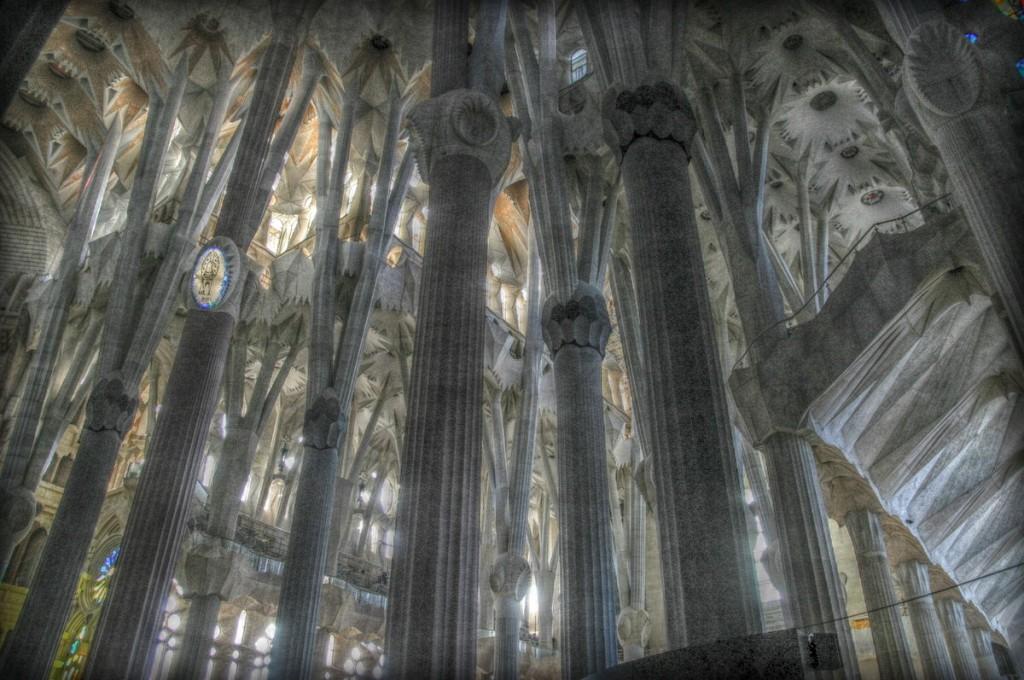 Sagrada Familia i gąszcz słupów w jej wnętrzach
