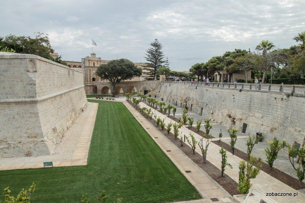 Mdina - miasto otaczają mury oraz fosa