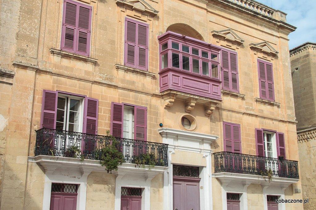 Charakterystyczna dla Malty zabudowa balkonów