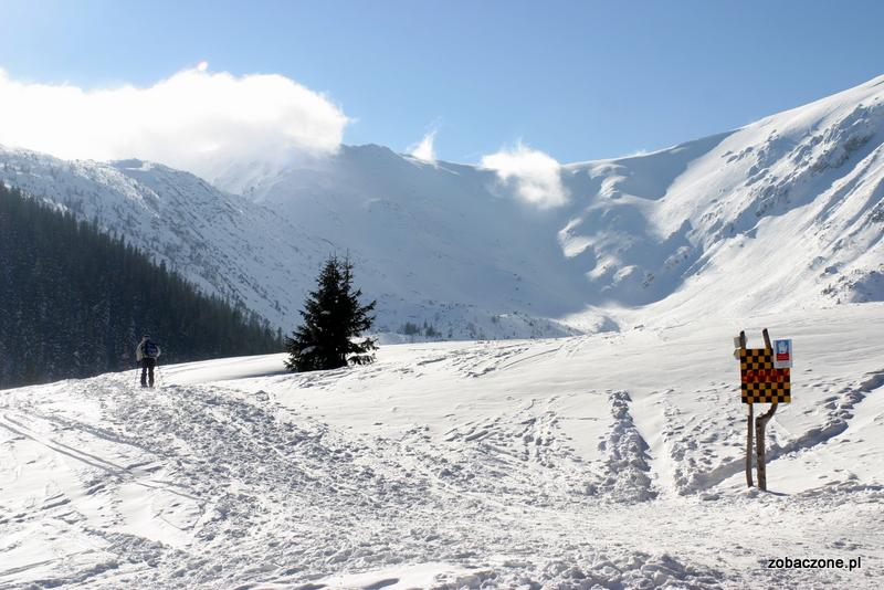 Widok spod schrosnika na Hali Kondratowej na Przełęcz pod Kondracką Kopą