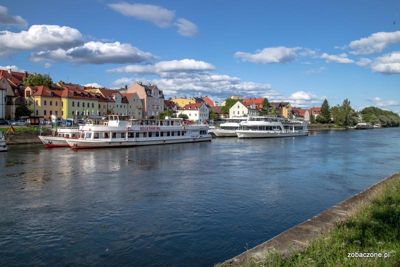 Modry Dunaj i czekające na turystów barki