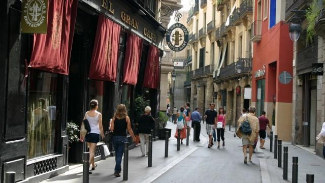Barri Gotic - są też znacznie szersze uliczki