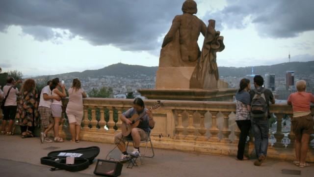 Na schodach przed Muzeum można przysiąść i delektować się panoramą Barcelony