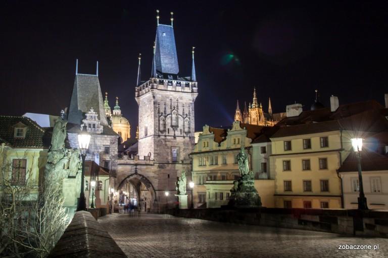 Zachodni kraniec Mostu Karola nocną porą