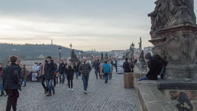 Wzgórze Petrin i charakterystyczna wieża widokowa widziane z Mostu Karola