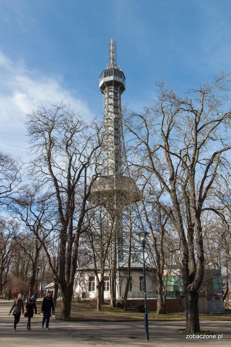 Wieża Widokowa na wzgórzu Petrin w całej okazałości