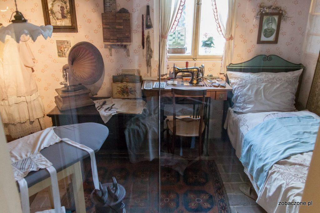 W części domków na Złotej Uliczce urządzono ekspozycje