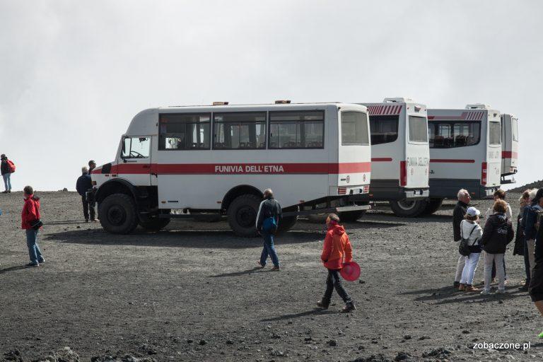 Takimi ciężarówkami można dotrzeć na wysokość 2920 mnpm, pod główny krater wulkanu Etna
