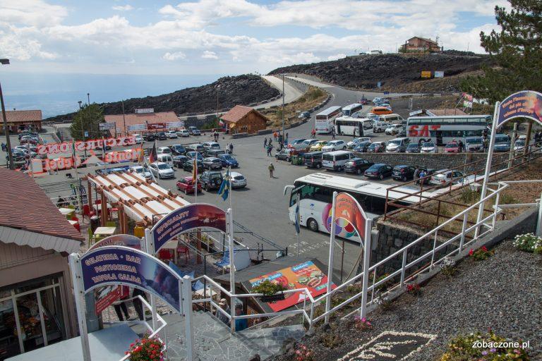 Parkingi przy Rifucio Sapienza u podnóża Etny